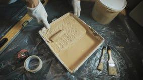 采摘在一个特别盘子的工作者一个漆滚筒 影视素材