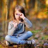 采摘春天的第一朵花可爱的女孩 库存照片