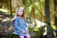 采摘春天的第一朵花可爱的小女孩在森林 图库摄影