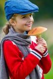 采摘的蘑菇,蘑菇的季节。 库存照片