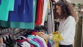 采摘衣裳的精品店的妇女 股票视频