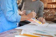 采摘颜色的两个男性同事在咖啡休息期间 库存图片