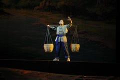 采摘负担流浪者在山和通过山沟江西歌剧杆秤 库存图片