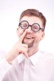 采摘他的鼻子的书呆子 免版税库存照片