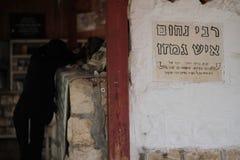 采法特,以色列- 2015年6月24日:犹太教教士Nachum Ish Gamzu坟茔在采法特,以色列 教堂神圣对犹太peopl 免版税库存照片