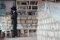 采法特,以色列- 2015年6月24日:犹太教教士Nachum Ish Gamzu坟茔在采法特,以色列 教堂神圣对犹太peopl 免版税库存图片