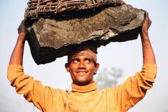 采煤愉快的印度工作者 免版税库存图片