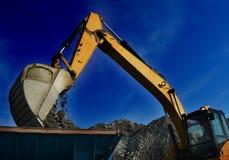 采矿挖掘机的移动的岩石 库存图片