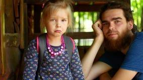采纳爸爸和女儿设法发现连接 股票视频
