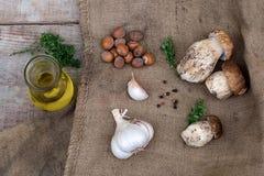 采蘑菇与橄榄油、大蒜、草本和坚果的等概率圆 免版税图库摄影