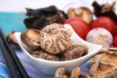 采蘑菇椎茸 免版税库存照片
