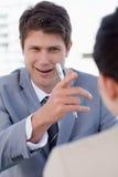 采访一个愉快的经理一个女性申请人 图库摄影