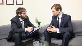 采访的经理一个男性申请人在他的办公室 商人诉讼二 股票视频