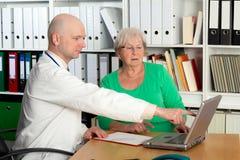 采访的医生与一个女性前辈 库存照片