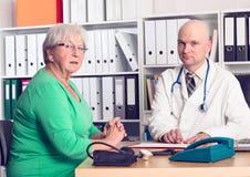 采访的医生与一个女性前辈 免版税库存图片
