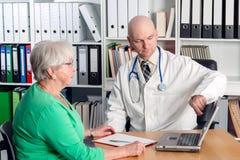采访的医生与一个女性前辈 免版税图库摄影