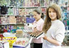 采购化妆用品的二名妇女 免版税库存照片