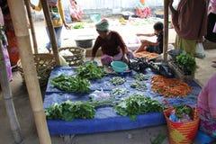 采购员和卖主在一个传统市场上在Lombok印度尼西亚 图库摄影