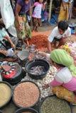 采购员和卖主在一个传统市场上在Lombok印度尼西亚 免版税库存图片