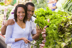 采购的夫妇新鲜农产品 图库摄影