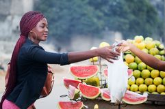 采购的果子妇女年轻人 免版税库存照片