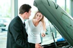 采购的汽车销售人员妇女 库存照片