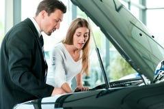 采购的汽车销售人员妇女 免版税库存照片