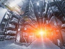 采购管理系统概念 巨大的工业仓库、企业运输和货物存贮的出口,板台有物品的在架子 库存照片