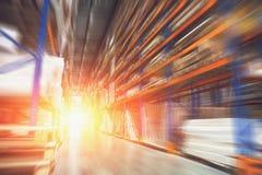 采购管理系统概念 被弄脏的行动作用和阳光在巨大的工业仓库里,出口的货物存贮 免版税图库摄影