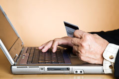 采购在线前辈的生意人 免版税库存照片
