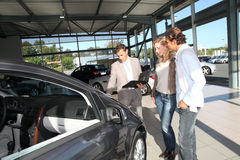 采购新的汽车的夫妇 免版税库存照片