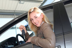 采购新的汽车的微笑的妇女 库存图片