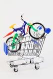 采购玩具二的自行车购物车被转动 免版税库存照片