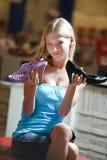 采购的典雅的女孩穿上鞋子少年 免版税库存照片