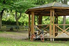 释放分享品牌的浮动Mobike自行车侵略城市 免版税库存照片