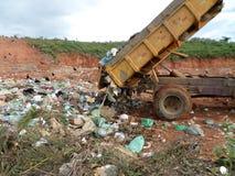 释放固体废料垃圾的卡车 库存照片