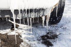 释放在汽车的冰柱 图库摄影