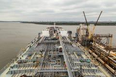 释放对在巴吞鲁日港的跳船的石油产品罐车  库存照片