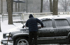 释放汽车的人铁锹从雪 免版税库存照片