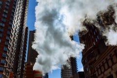 释放热空气的蒸汽管入街道在曼哈顿中城 库存图片