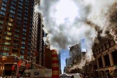 释放热空气的蒸汽管入街道在曼哈顿中城 免版税库存照片