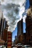 释放热空气的蒸汽管入街道在曼哈顿中城 免版税库存图片