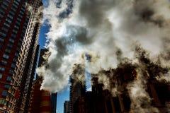 释放热空气的蒸汽管入街道在曼哈顿中城 库存照片