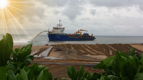 释放石碴的船 图库摄影