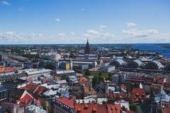 里加、拉脱维亚有港口的和地平线美好的超级广角全景鸟瞰图与风景在城市之外 库存照片