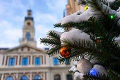 里加和圣诞树城镇厅与五颜六色的球的 免版税库存照片