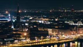 里加在一个轻的节日期间的老镇的河沿夜间流逝  股票视频