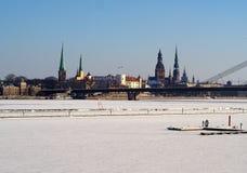 里加拉脱维亚剪影的市首都在冬天 免版税库存图片