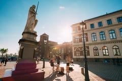 里加拉脱维亚街音乐三重奏带,弹奏仪器的三个年轻人 库存照片