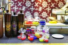 里加染黑凤仙花和甜点在里加圣诞节市场上 免版税图库摄影